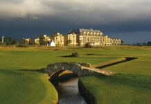 Swilcan Bridge sebagai ciri khas Royal St. Andrews di Skotlandia / Specialty Golf Trips